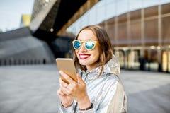户外一名现代妇女的生活方式画象 免版税图库摄影