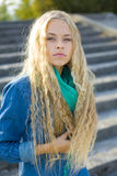 户外一名非常美丽的年轻白肤金发的妇女的画象 免版税库存图片