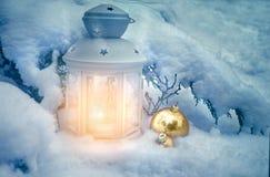 户外一点冬天灯笼在雪下的一棵圣诞树 免版税图库摄影