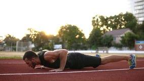 户外一种肌肉人锻炼的华美的慢动作英尺长度 做俯卧撑用拍的手,当锻炼时 股票录像
