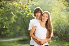 户外一起新有吸引力的夫妇 免版税库存图片
