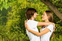 户外一起新有吸引力的夫妇 免版税图库摄影