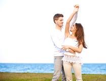 户外一起甜夫妇跳舞 免版税库存图片
