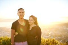 户外一起年轻印地安夫妇在一个晴朗的早晨 免版税库存图片