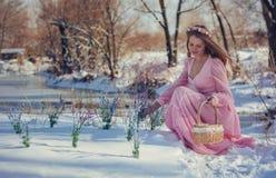 户外一件桃红色礼服的美丽的金发碧眼的女人在冬天 库存图片