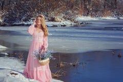 户外一件桃红色礼服的美丽的金发碧眼的女人在冬天 库存照片