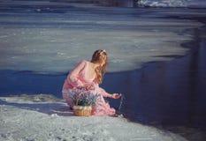 户外一件桃红色礼服的美丽的金发碧眼的女人在冬天 图库摄影