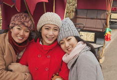 户外三个朋友画象在冬天,北京 免版税库存照片