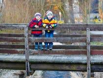 户外两个小孩男孩在春天镇 免版税图库摄影