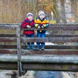 户外两个小孩男孩在春天镇 免版税库存图片