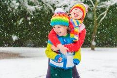 户外两个逗人喜爱的孩子 免版税图库摄影
