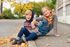 户外两个逗人喜爱的孩子 免版税库存图片