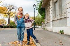 户外两个逗人喜爱的孩子 免版税库存照片