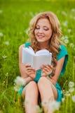 户外严肃的妇女阅读书 免版税库存照片