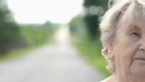 户外严肃的老妇人的半面孔 股票视频