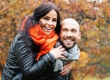 户外中年夫妇在秋天天 免版税库存图片