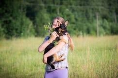 户外乐趣、青少年和狗 库存图片