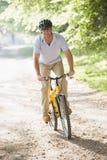 户外乘坐微笑的自行车人 免版税库存照片
