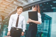 户外亚洲企业夫妇会议在工作以后 免版税图库摄影