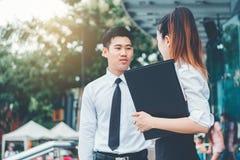 户外亚洲企业夫妇会议在工作以后 免版税库存图片
