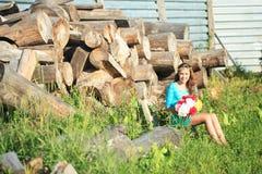 户外享受自然的秀丽女孩 少年式样女孩跑在春天领域的,太阳光 免版税库存图片