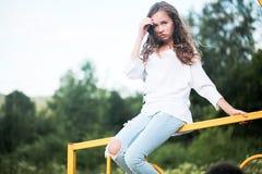 户外享受自然的秀丽女孩 少年式样女孩跑在春天领域的,太阳光 图库摄影