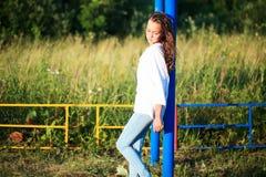 户外享受自然的秀丽女孩 少年式样女孩跑在春天领域的,太阳光 库存图片