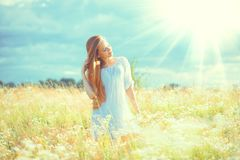 户外享受自然的秀丽女孩 有健康长的头发的美丽的少年式样女孩在白色礼服 库存照片