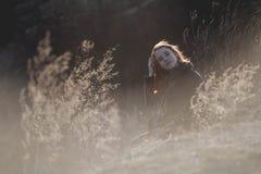 户外享受自然的秀丽女孩 有长的健康吹的头发的运行在春天领域的,太阳美丽的少年式样女孩 库存图片