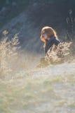 户外享受自然的秀丽女孩 有长的健康吹的头发的运行在春天领域的,太阳美丽的少年式样女孩 库存照片