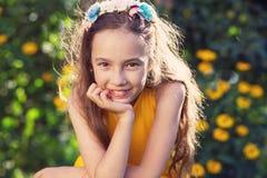 户外享受自然的秀丽愉快的女孩 美好的少年g 图库摄影