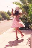 户外享受自然的美丽的女孩 少年美丽的女孩 免版税库存图片