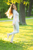 户外享受自然美好的模型的浪漫女孩  免版税图库摄影