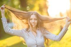 户外享受自然美好的模型的浪漫女孩  库存图片