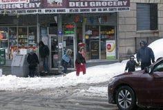 户外人们在雪风暴 免版税库存图片