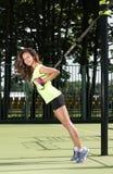 户外体育活动 与皮带的锻炼 运动形状的美丽的少妇 免版税图库摄影