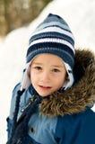 户外佩带冬天的男孩帽子 库存照片