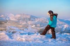 户外使用在冬天海滩的逗人喜爱的小男孩 免版税图库摄影