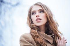 户外俏丽的女孩时装模特儿 秋天 免版税库存照片