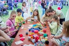 户外儿童活动-编织的车间 库存照片