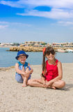 户外兄弟和姐妹在港口城市 免版税库存照片