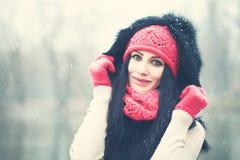户外冬天女孩 愉快的妇女纵向 免版税库存照片