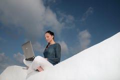 户外冲浪的万维网妇女 库存图片