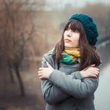 户外冷气候的年轻俏丽的女孩 图库摄影