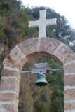 户外十字架和响铃 免版税库存图片