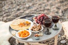 户外去野餐用酒、乳酪、葡萄和干果子 库存照片