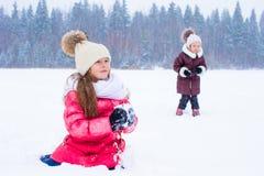 户外可爱的小女孩在冬天雪天 免版税图库摄影