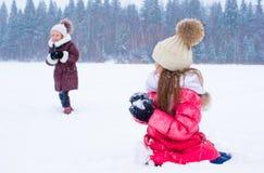 户外可爱的小女孩在冬天雪天 免版税库存照片