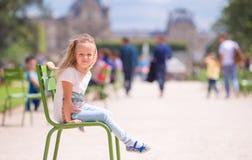 户外可爱的小女孩在Tuileries庭院,巴黎,法国里 免版税图库摄影
