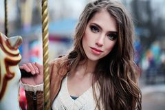 户外可爱的少妇,美丽的女性面孔特写镜头 免版税库存图片